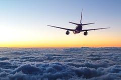 El volar plano lejos en el cielo foto de archivo