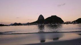 El volar r?pido y bajo cerca de la monta?a Rio de Janeiro Brazil del pan de az?car almacen de video