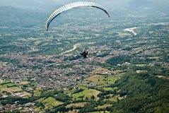 El volar sobre el Alpago a partir del soporte Dolada foto de archivo libre de regalías