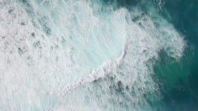El volar sobre bajo y el agua profunda del océano almacen de video