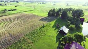 El volar sobre casas en campos verdes almacen de metraje de vídeo