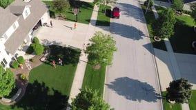 El volar sobre casas y yardas residenciales a lo largo de la calle suburbana - concepto del viaje y del ocio