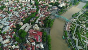 El volar sobre centro de ciudad de Tbilisi Tbilisi es la capital y la ciudad más grande de Georgia almacen de video