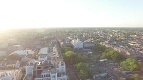 El volar sobre el barrio francés Esto es un área en el corazón de New Orleans durante el franco almacen de metraje de vídeo