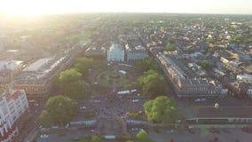 El volar sobre el barrio francés Esto es un área en el corazón de New Orleans durante el franco almacen de video