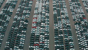 El volar sobre el estacionamiento del almacenamiento de nuevos coches invendidos almacen de video