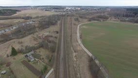 El volar sobre el ferrocarril campo circundante almacen de metraje de vídeo