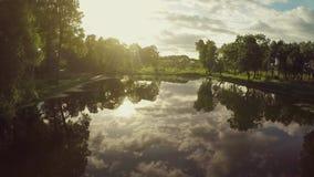 El volar sobre el lago en puesta del sol almacen de video