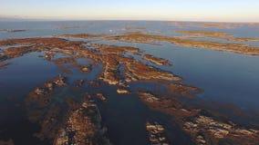 El volar sobre el mar rocoso en el otoño Noruega almacen de video