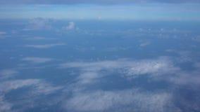 El volar sobre el océano Visión desde el avión Cielo en parte nublado almacen de video
