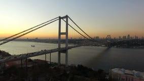 El volar sobre el puente de Estambul Bosphorus almacen de video