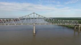 El volar sobre el río Misisipi y el puente conmemorativo de los veteranos en New Orleans Fábrica de la refinería del alúmina de G almacen de metraje de vídeo