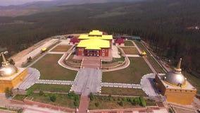 El volar sobre el templo budista en Ulán Udé almacen de metraje de vídeo