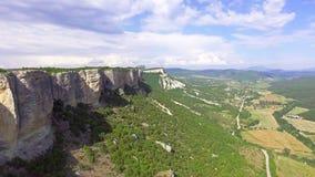 El volar sobre el top de la meseta hermosa de la montaña almacen de metraje de vídeo