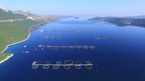 El volar sobre granja de pescados en el mar dálmata azul profundo metrajes