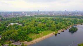 El volar sobre Hyde Park en Londres almacen de metraje de vídeo