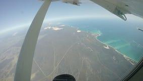El volar sobre la barrera de arrecifes de la costa oeste almacen de video