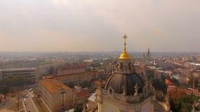 El volar sobre la catedral de St Jura Lviv Ukraine Vista escénica de la ciudad vieja de una opinión del ojo del ` s del pájaro almacen de video