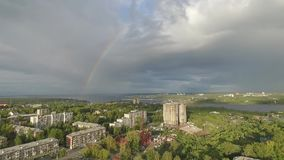 El volar sobre la ciudad a la hora del arco iris almacen de metraje de vídeo