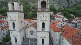 El volar sobre la ciudad vieja de Kotor en Montenegro almacen de video