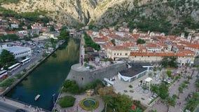 El volar sobre la ciudad vieja de Kotor en Montenegro en la bahía de Kotor almacen de video