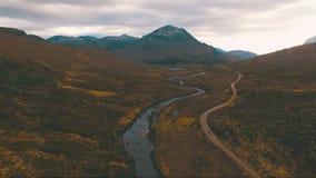El volar sobre la corriente de la montaña en Escocia metrajes