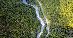 El volar sobre la garganta de la montaña El camino a lo largo del río almacen de video