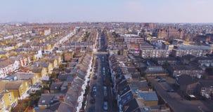 El volar sobre la opinión aérea surburban de las casas y de los apartamentos de Londres en el amanecer el día soleado almacen de metraje de vídeo