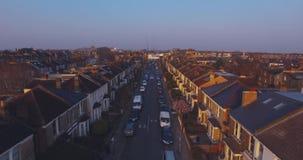 El volar sobre la opinión aérea surburban de las casas y de los apartamentos de Londres en el amanecer el día soleado metrajes