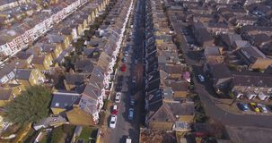El volar sobre la opinión aérea surburban de las casas y de los apartamentos de Londres en el amanecer el día soleado almacen de video