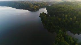 El volar sobre el lago de niebla temprano por la mañana metrajes