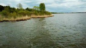 El volar sobre el lago en un quadrocopter almacen de video