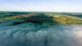 El volar sobre landcape con la niebla almacen de metraje de vídeo