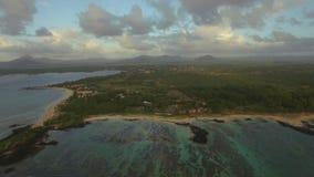 El volar sobre las aguas de Mauritius Island y del bajío almacen de video