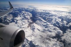 El volar sobre las montañas Foto de archivo libre de regalías