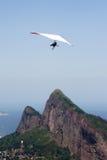 El volar sobre las montañas Foto de archivo