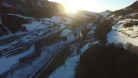 El volar sobre las montañas en Austria Silueta del hombre de negocios Cowering