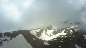El volar sobre las montañas en las nubes Opinión aérea de las montañas del abejón Tiro aéreo metrajes