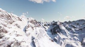 El volar sobre las montañas nevadas hermosas almacen de video