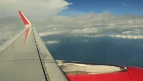 El volar sobre las nubes blancas almacen de metraje de vídeo