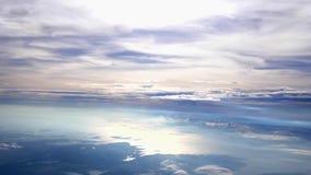 El volar sobre las nubes con el sol de la tarde Vuelo con la llamarada hermosa de la lente El viajar por el aire Cámara lenta almacen de video