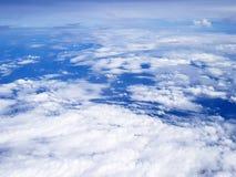 el volar sobre las nubes en el avión Imagen de archivo libre de regalías