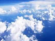 el volar sobre las nubes en el avión Fotografía de archivo