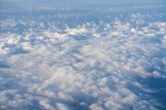 El volar sobre las nubes en mediodía Foto de archivo