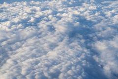 El volar sobre las nubes en mediodía Foto de archivo libre de regalías