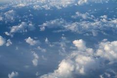 El volar sobre las nubes en mediodía Imagen de archivo libre de regalías
