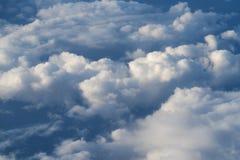 El volar sobre las nubes en mediodía Fotografía de archivo libre de regalías