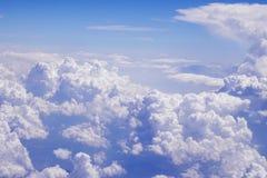 El volar sobre las nubes en 30.000 pies imagen de archivo libre de regalías