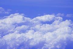 El volar sobre las nubes en 30.000 pies fotografía de archivo libre de regalías