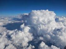El volar sobre las nubes foto de archivo